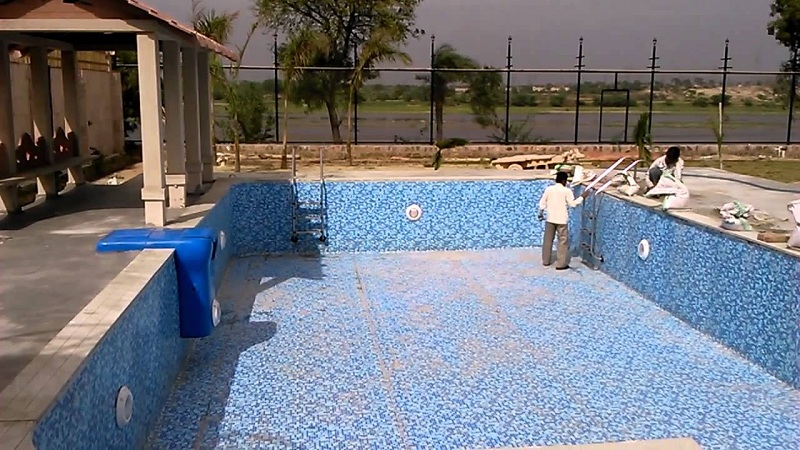 The prefabricated swimming pools have a solid structure